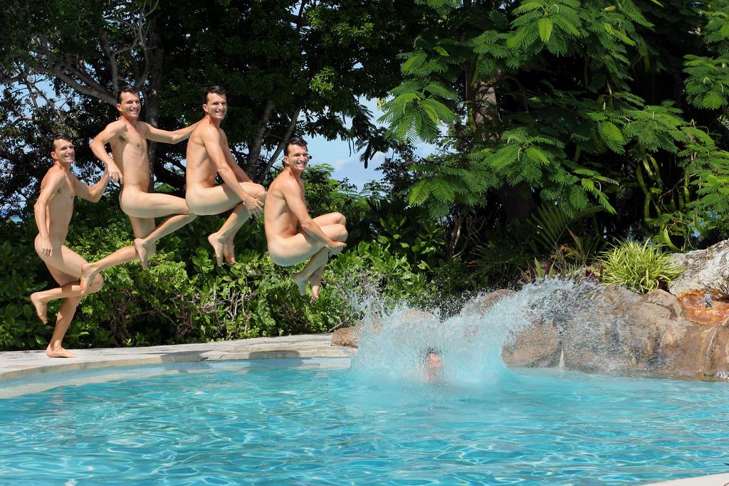 Kourtney kardashian strips completely naked for swim in hotel pool