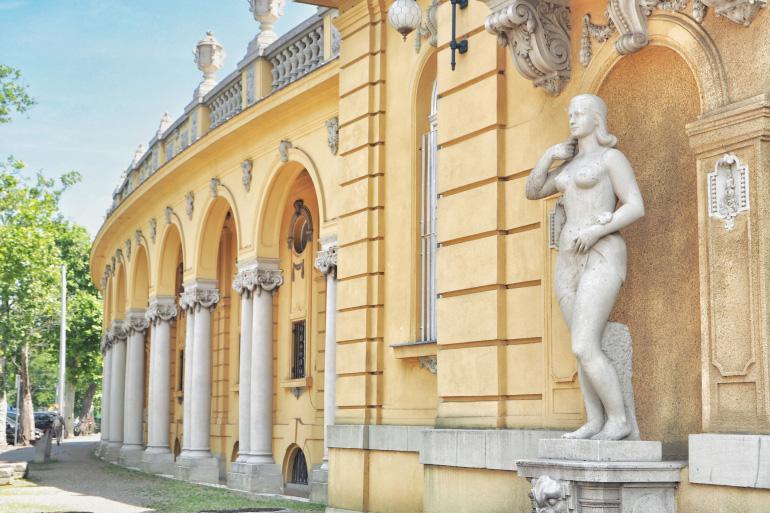 Façade des bains thermaux de Széchenyi à Budapest