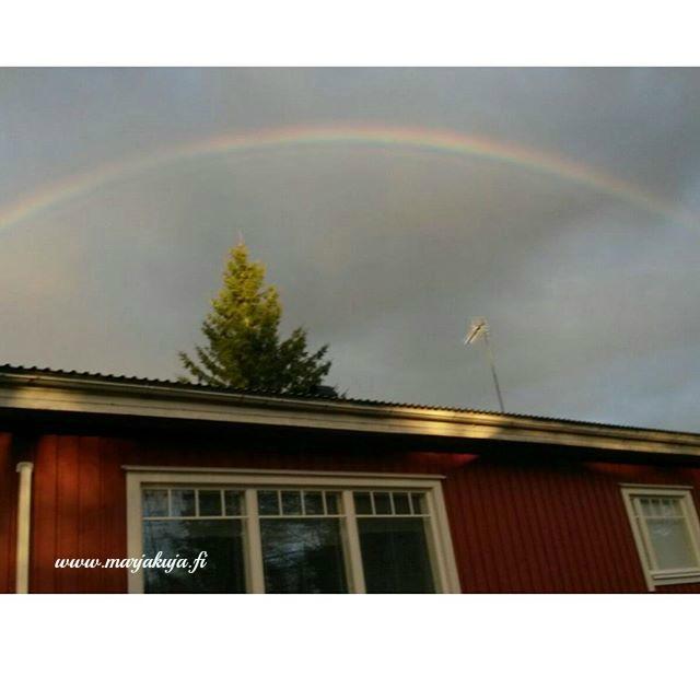 sateenkaari ylla talon katon