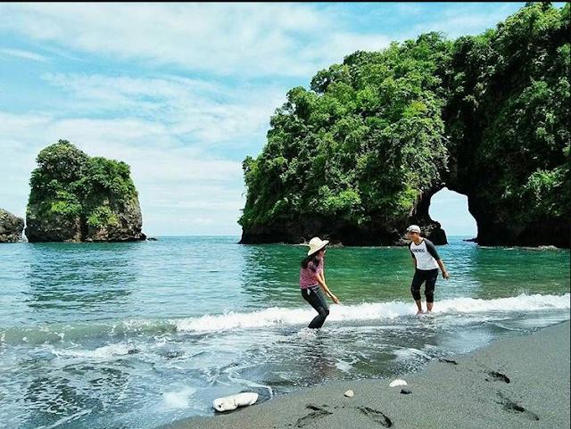 20 Tempat Wisata Malang Kota Terbaru Terfavorit Anti Mainstream  Pantai Licin