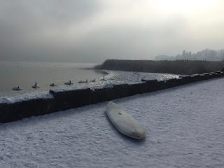 Verschneites Surfbrett am Ammersee