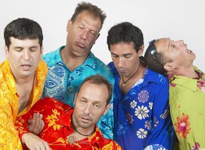 Foto de Los Nosequien y los Nosecuantos con caras chistosas durmiendo
