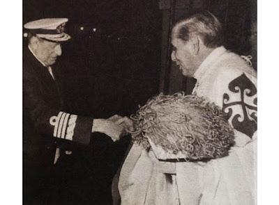 El Duque de Veragua saluda a S.A.R. el Conde de Barcelona que preside el capítulo del Real Cuerpo de la Nobleza de Madrid