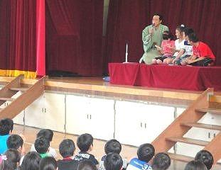 生徒が楽しく笑って参加。落語体験コーナーの風景です。