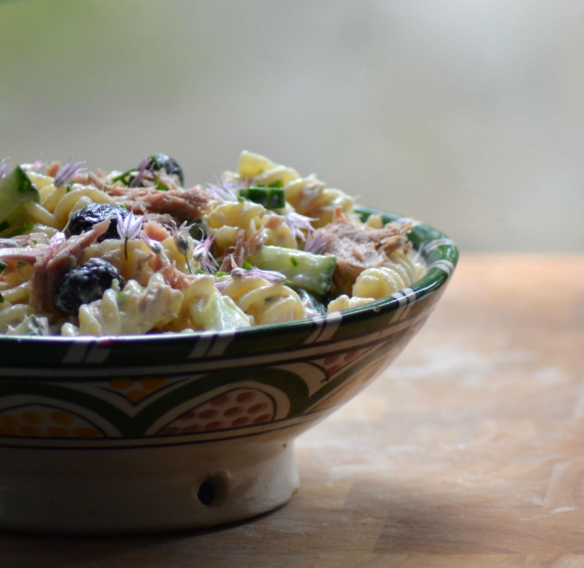 Pastasalade met tonijn, komkommer en bieslook