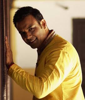 Bhupinder Singh berperan sebagai Acharya Vishwaveer Jha