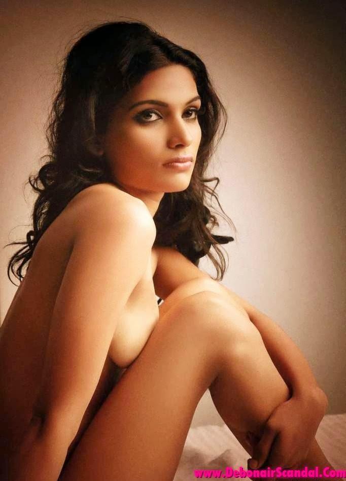 Kerala Model Resmi R Nair Topless Exposing her Boobs
