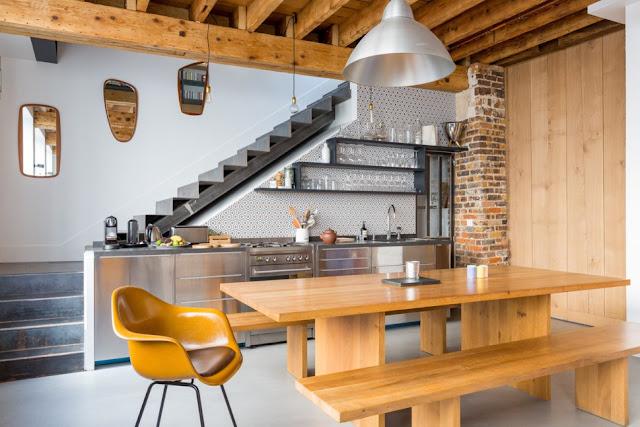 Una cocina bajo la escalera