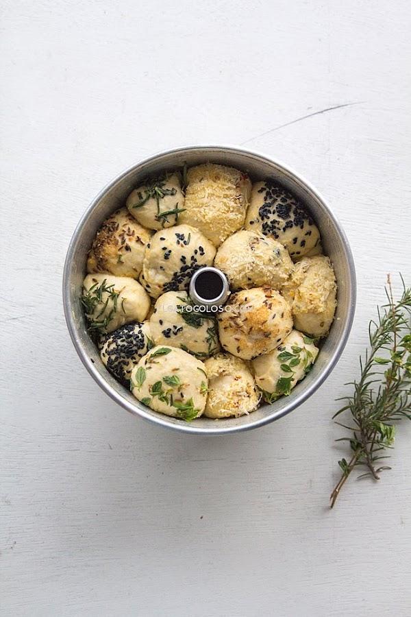 Monkey Bread salado con mantequilla, ajo, queso y hierbas y semillas, fácil, delicioso y muy llamativo. Hermoso!. Receta vía www.elgatogoloso.com