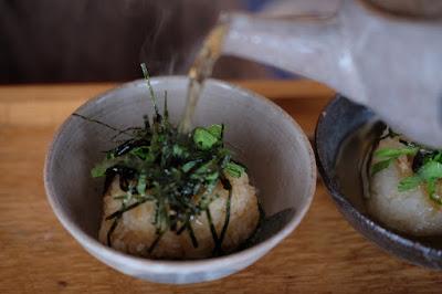 生坂村の古民家カフェ ひとつ石の料理練習 出汁をかける