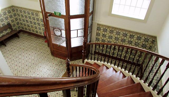 entrada da fábrica de Conservas Pinhais escadaria em madeira e pisos de azulejos