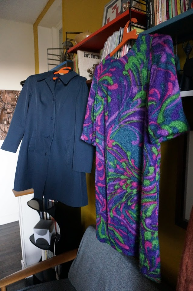 un imper en tergal , une robe en laine raincoat navy psychedelic abstrac dress 1960s 1970s 60s 70s années 60 70