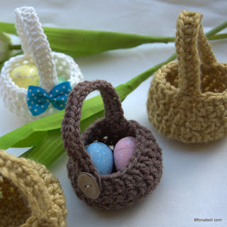 Kosárkák különböző fonalakból horgolva, húsvétra.