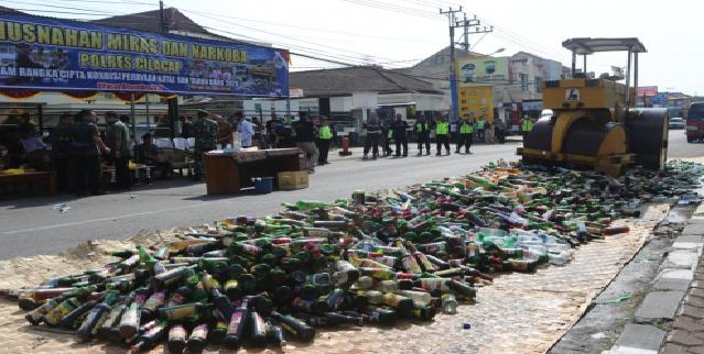 Cilacap melaksanakan pemusnahan minuman keras dan narkoba di halaman Mapolres Cilacap, Kamis