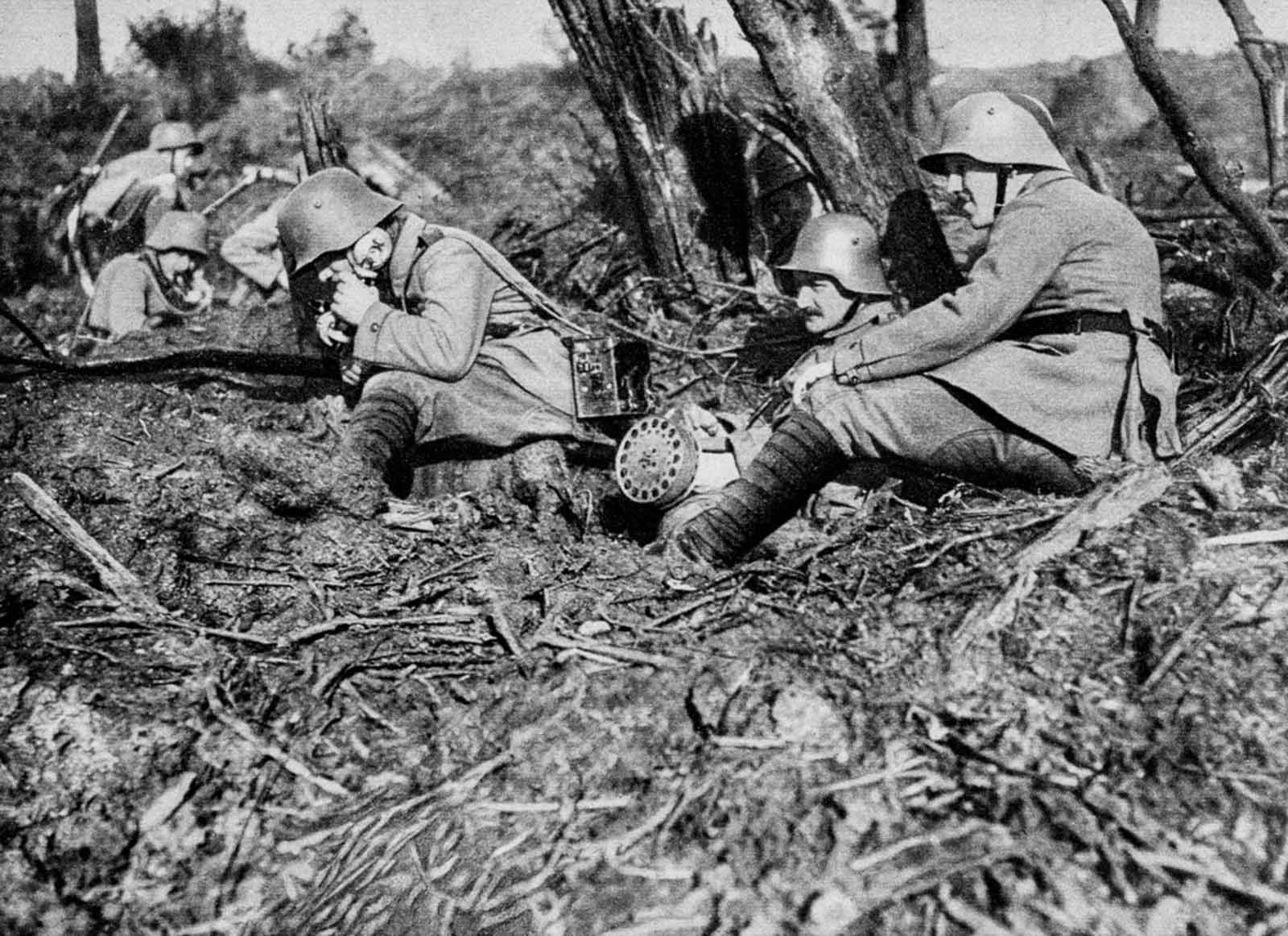 Un telefonista de campo alemán retransmite peticiones de artillería desde las líneas del frente.