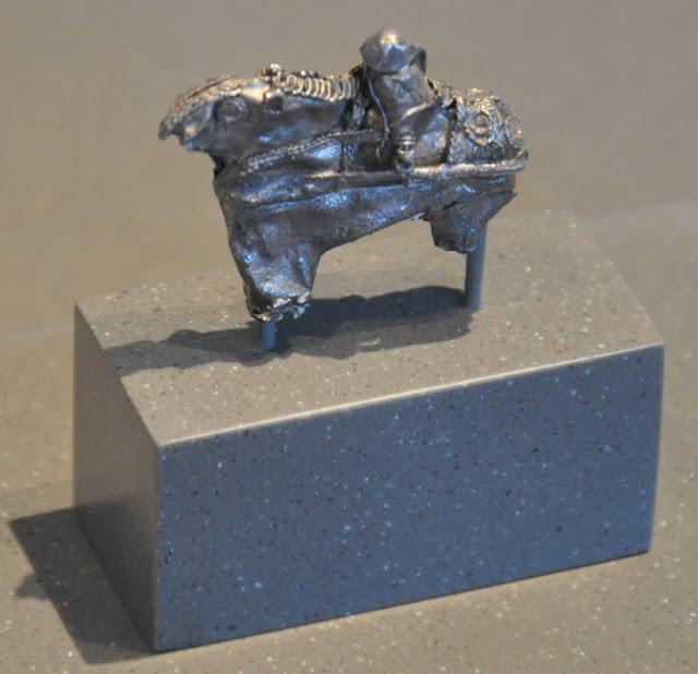 Fragment wczesnośredniowiecznej zausznicy odnalezionej w skarbie z Lisówka, przedstawiającej wojownika - rycerza piastowskiego