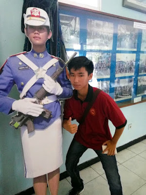 15 Foto Pelajar 'Gaya Jempol' di Museum Ini Berhasil Bikin Ngakak Netizen