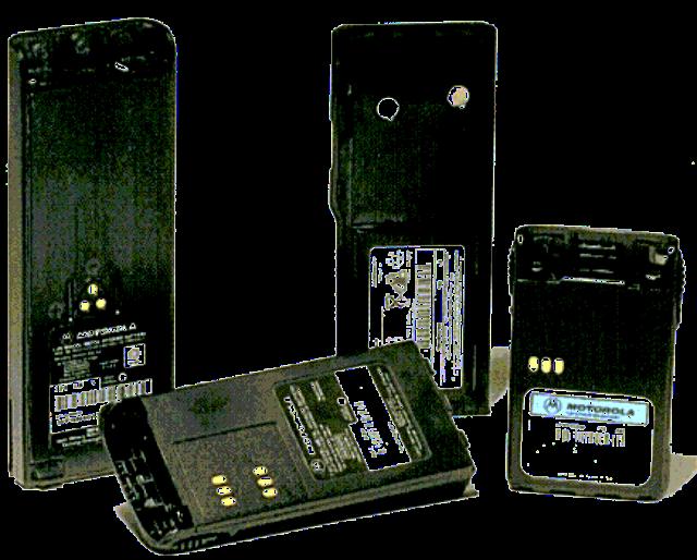 """Por melhor que seja a qualidade das baterias de íon-lítio disponíveis atualmente no mercado, fato é que elas têm ciclos de vida bastante delimitados. Após certo tempo de uso, é comum que smartphones, tablets e outros aparelhos não """"segurem carga"""" da mesma forma que antes graças à degradação natural dos elementos químicos usados em sua produção. Uma descoberta feita acidentalmente por pesquisadores da UC Irvine não soluciona totalmente esse problema, mas faz com que ele seja bastante minimizado. Ao substituir o lítio usado em baterias por uma mistura de nanotubos de ouro banhados em gel eletrolítico, eles conseguiram fazer com que um componente do tipo perdesse somente 5% de sua capacidade total após mais de 200 mil ciclos de recarga."""