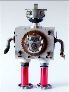 Robot hecho con desechos metalicos