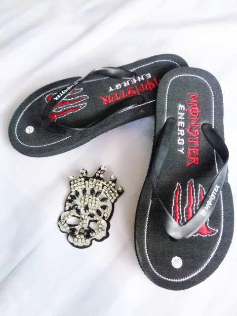sandal jepit bordel monster merah
