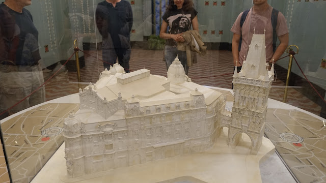 從這個模型可以看出,市民會館和火藥塔之間有相連。 從相連的房間探頭看火藥塔,會看到一個修士偷吃雞腿的有趣屋頂裝飾ww 這修士八成惹到工匠,類似我們這邊偷埋小人或符咒的報復行為(毆)