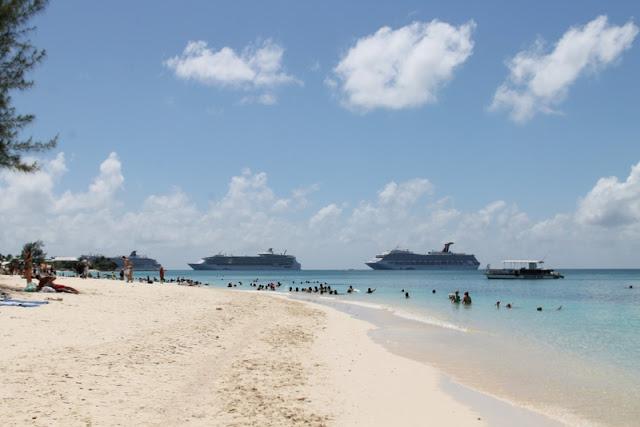 Karibian risteily ranta turistit / Carnival Glory merellä