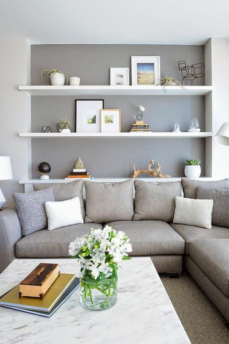 Estanterías detrás o sobre el sofá