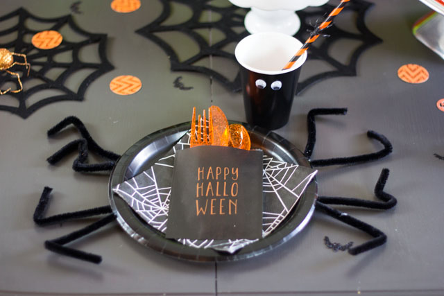 How to make spider plates and googly eye cups for Halloween!
