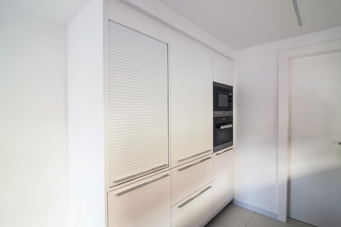 Una cocina en blanco y negro con península y office - Cocinas con estilo