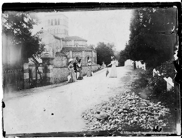Eglise romane et belles dames élégantes, 1900.