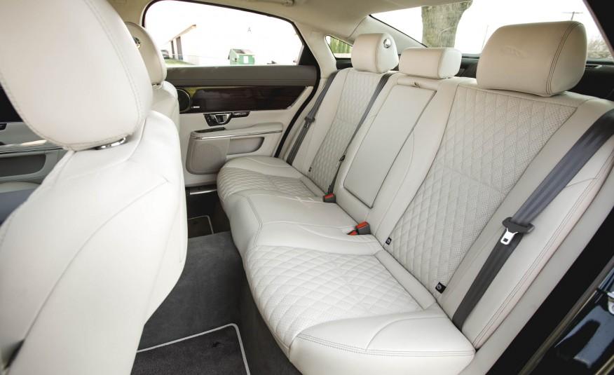 Hàng ghế thứ hai của Jaguar XJ 2016 rộng rãi, đủ chổ 3 người, đẳng cấp doanh nhân