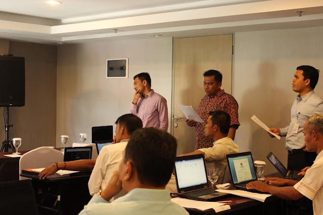 Ketua Bawaslu Provinsi Riau, Edy Syarifuddin (tengah) memberikan pendampingan pada saat simulasi penanganan pelanggaran tindak pidanan pemilihan, Selasa, 20 November 2016 di Hotel Pesonna Pekanbaru