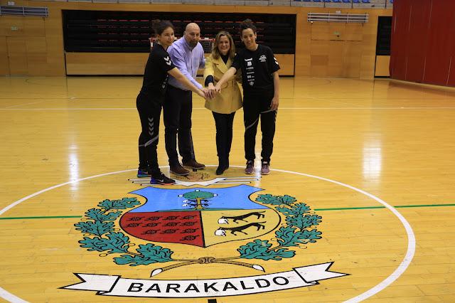 alcaldesa y miembros del Balonmano Zuazo
