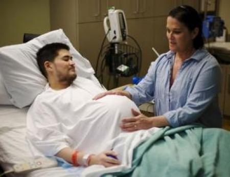 شاب مصري حامل في الشهر السابع