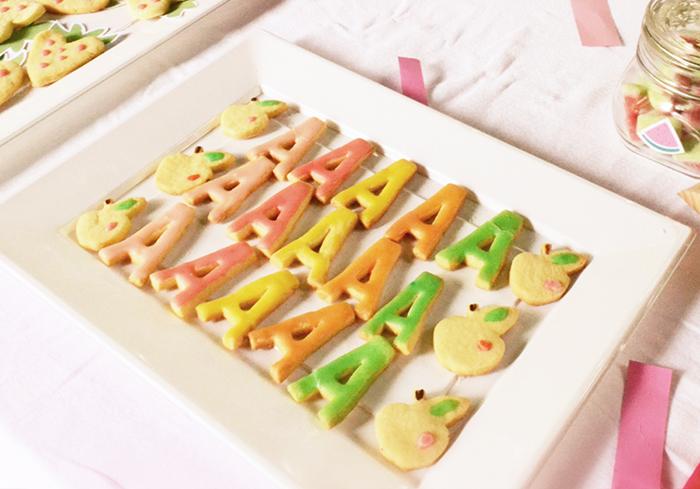 biscottini nei colori della frutta con l'iniziale della festeggiata