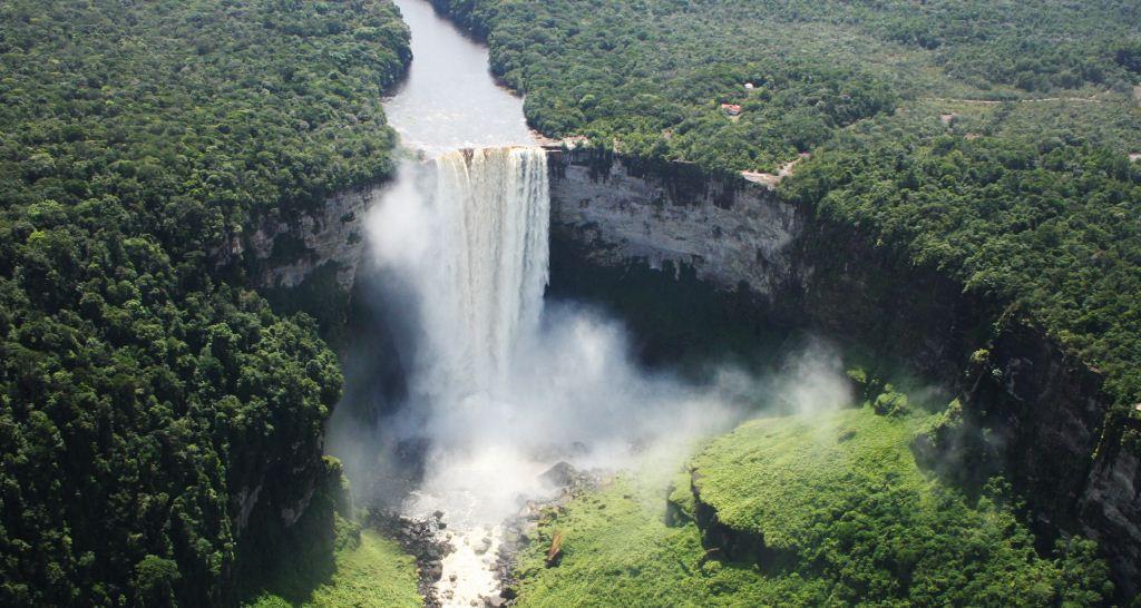 Kaieteur Falls (air terjun Kaieteur) adalah air terjun tunggal yang terletak di Sungai Potaro, di Taman Nasional Kaieteur, Essequibo, Guyana