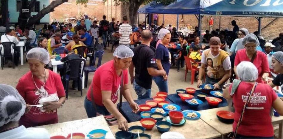 Miles de venezolanos acuden cada día a recibir comida en la frontera con Colombia