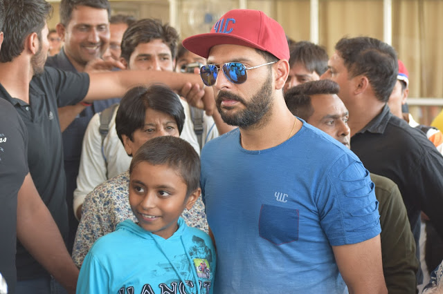 Yuvraj SIngh with children from Make A Wish Foundation