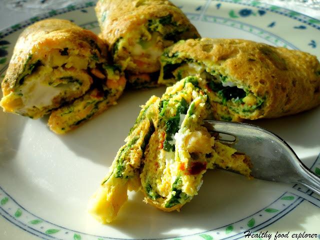 Omlet z awokado, łososiem wędzonym i szpinakiem