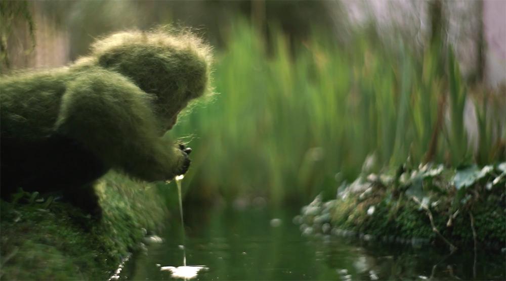 Un simio de lana investiga un jardín del patio trasero