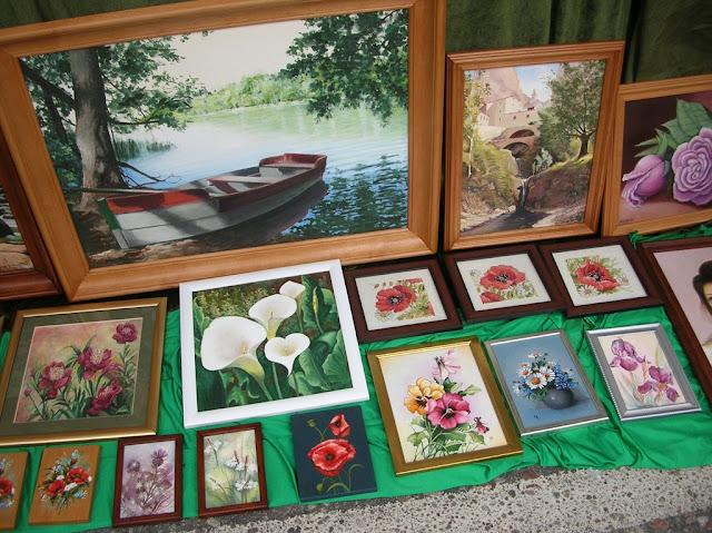 Na jarmarku w Pszczewie można było zobaczyć i kupić obrazy.