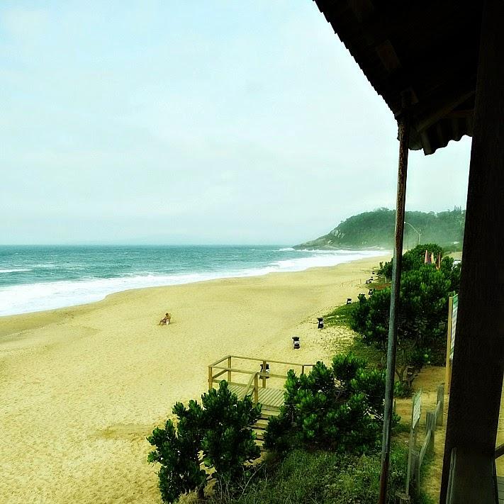 A Praia do Estaleiro, em Balneário Camboriú, fotografada do alto a partir de uma casa de guarda-vidas
