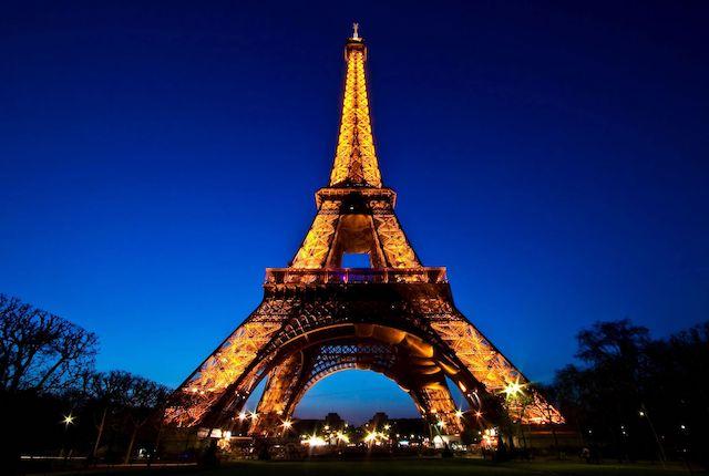 Torre Eiffel iluminada à noite