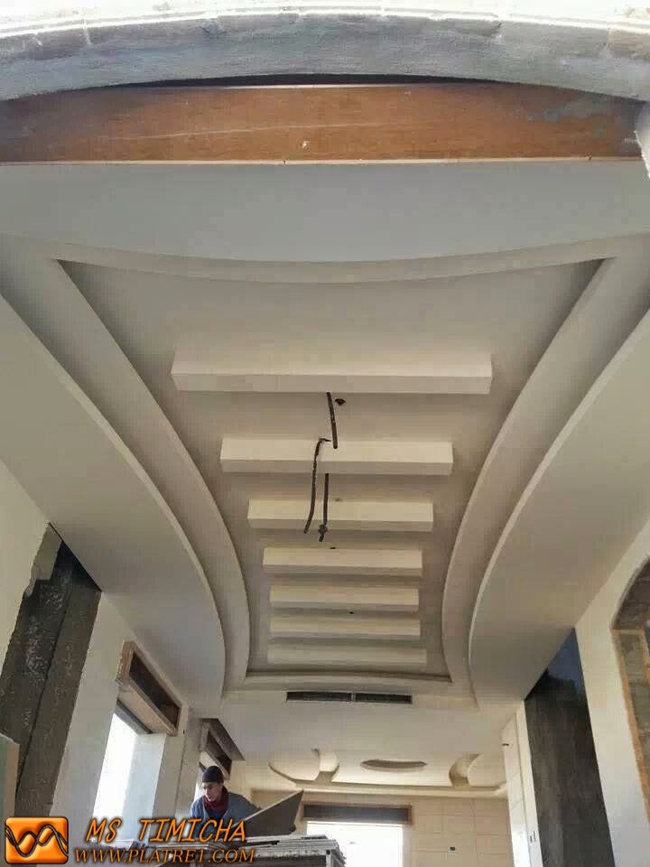 Faux plafond pour couloir platre for Decoration platre plafond