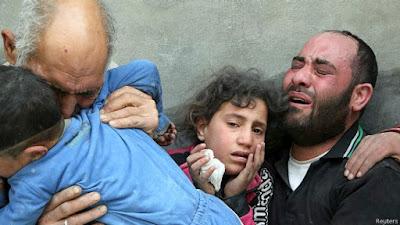 una familia llorando la perdida de un ser querido en Alepo