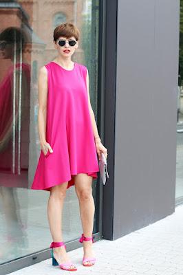 sukienka, stylizacja, w czym na wesele, sukienka na wesele, uniwersalna sukienka, różowa sukienka, casual, stylistka radzi, porady stylistki, blog po 30 - tce, blogerka, kolorowo, prosta sukienka,
