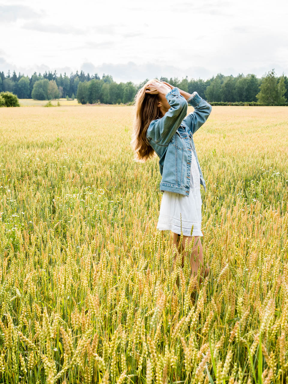 fashion-photography-girl-on-a-field-summer-dress-denim-jacket