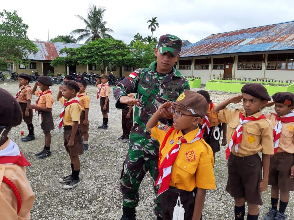 Prajurit Satgas Yonif 126 KC Latih Peraturan Baris Berbaris Kepada Anak-anak Pramuka