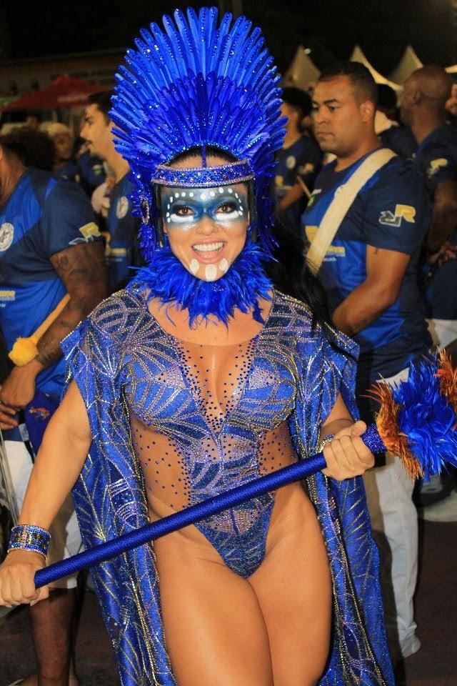 Andréa Capitulino, rainha de bateria da Tatuapé, fantasiada de índia guerreira. Foto: Renato Cipriano/RZ Assessoria