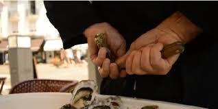 Ouvrir des huîtres les mains dans le dos